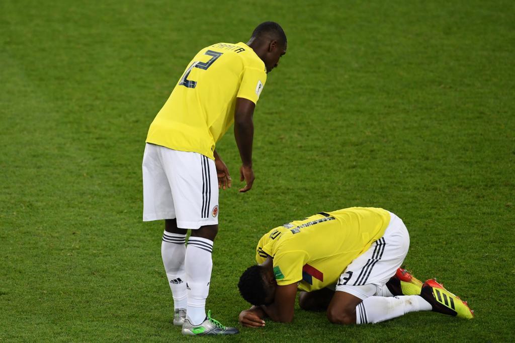Cristian Zapata (izda.) y Yerry Mina, en el suelo, tras perder la tanda de penaltis ante Inglaterra.