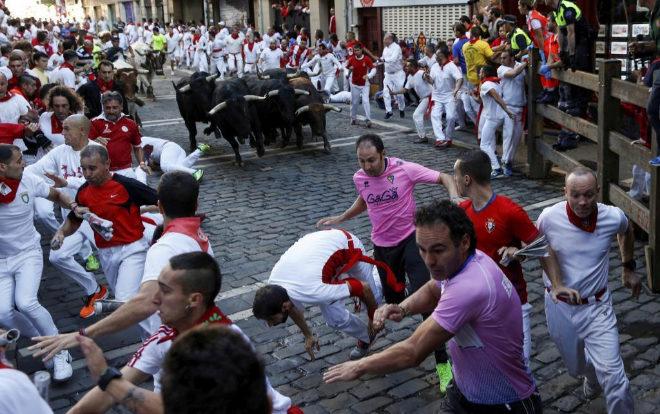 Corredores durante un encierro en San Fermín el pasado año
