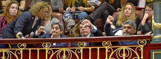 La presidenta de la Asociación Clara Campoamor, Blanca Estrella, junto a Juan Carlos Quer y Juan José Cortés, padres de Diana Quer y Mari Luz Cortés durante el debate de las enmiendas para derogar la prisión permanente revisable.