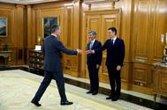 Felipe VI saluda a Pedro Sánchez, en presencia del presidente del CGPJ, Carlos Lesmes, durante la toma de posesión de la nueva fiscal general, María José Segarra.