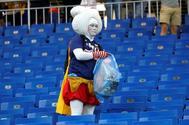 Un fanático japonés recoge la basura tras la derrota ante Bélgica.