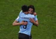 Luis Suárez y Edinson Cavani se abrazan durante el partido contra Portugal.
