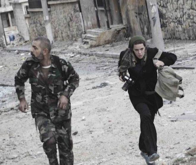 Mónica G. Prieto corre para protegerse de los disparos en una calle de Alepo (Siria), en 2012.