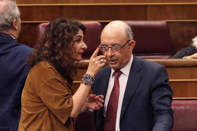 La ministra de Hacienda María Jesús Montero (i) conversa con el...
