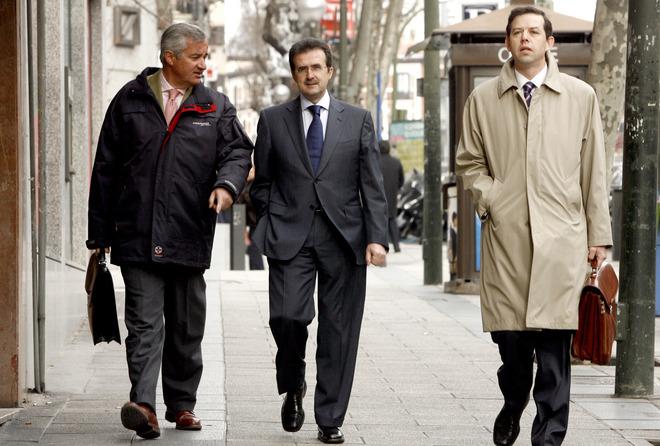 El empresario Jose Luis Ulibarri (c) junto a sus abogados.