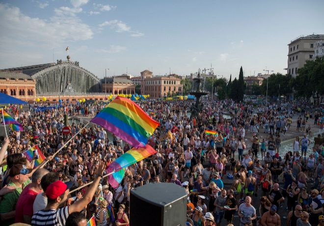 Vista de la abarrotada Estación de Atocha dese una de las animadas carrozas de la manifestación del Orgullo Gay.