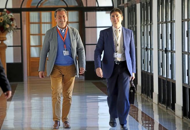 El ex alcalde de Punta Umbría, Gonzalo Rodríguez Nevada (izqda.), el día que compareció ante la comisión del Parlamento que investigó el fraude de la formación.
