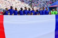 Los jugadores de la selección francesa atienden a La Marsellesa, en Rusia.