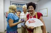 Una señora muestra el abanico que le regaló Fraga junto a una...