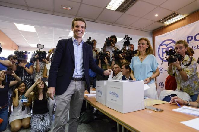 El candidato Pablo Casado vota en la sede del Distrito Salamanca, en...