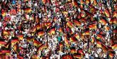 Aficionados alemanes animan a su equipo durante el partido Corea...