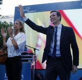 Pablo Casado, durante el cierre de su campaña, junto a su esposa,...