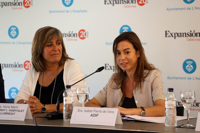 La presidenta de Adif, Isabel Pardo, y la alcaldesa de L'Hospitalet, Núria Marín.