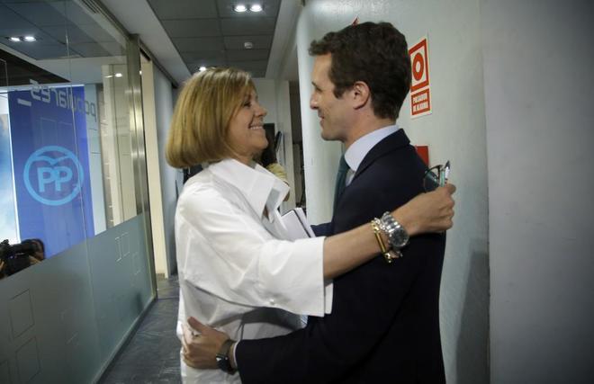 María Dolores de Cospedal abraza a Pablo Casado tras conocer los...