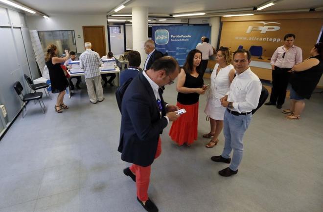 Un momento en las votaciones del PP ayer en la sede provincial de Alicante.
