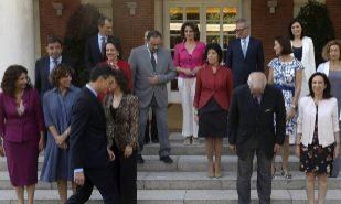 Pedro Sánchez, con los miembros de su Ejecutivo en una foto de...