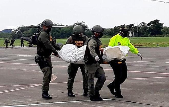 La Policía de Colombia trasladan un cadáver en Tumaco.