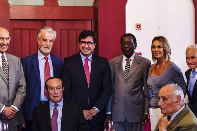 Mario Coelho, el Doctor Francisco Trujillo, Rui Bento, Ricardo Chibanga y Cristina Sánchez. Por abajo, Curro Romero y Manolo Lozano