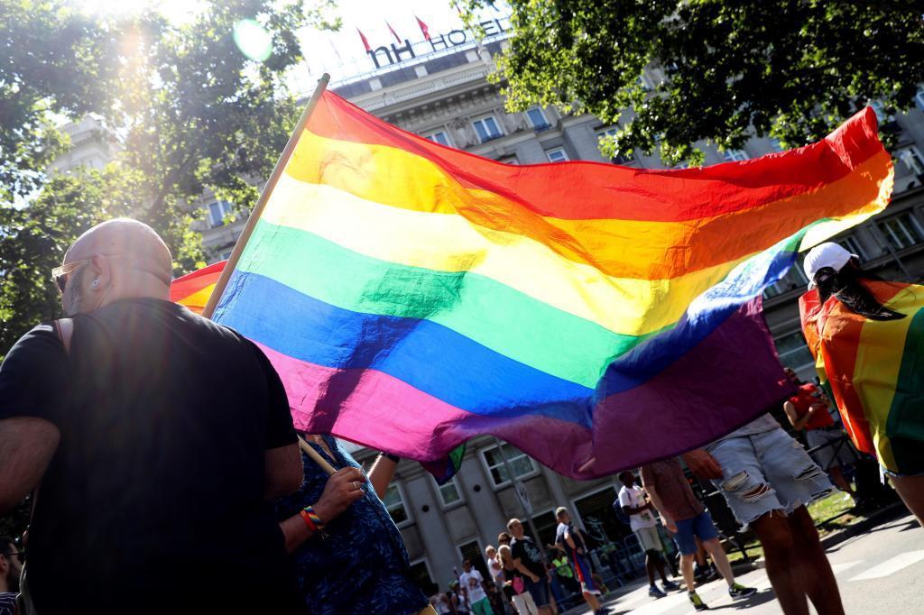 """Banderas en la calle antes de que comience en Madrid la manifestación del Orgullo 2018. El lema, """"Conquistando la igualdad, TRANSformando la sociedad""""."""