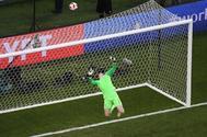 El portero inglés Pickford desvía el balón durante el partido ante Suecia.