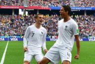 Varane y Griezmann celebran el primer gol de Francia a Uruguay.