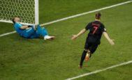Rakitic festeja ante Akinfeev el gol que dio el triunfo a Croacia en Sochi.