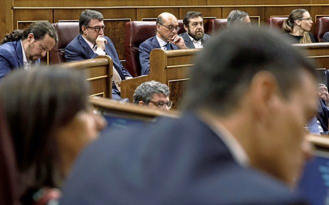 Pedro Sánchez, con Pablo Iglesias y Aitor Esteban, durante la moción...
