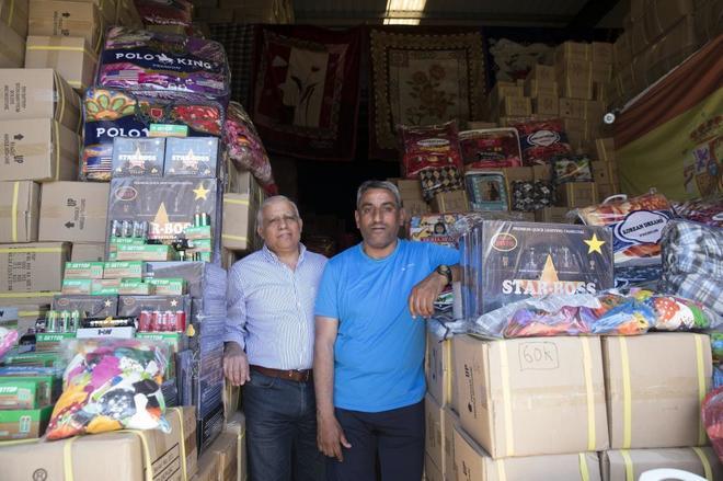 Omar Salah (izqda.) y su hermano Mohamed, en su negocio junto a la...