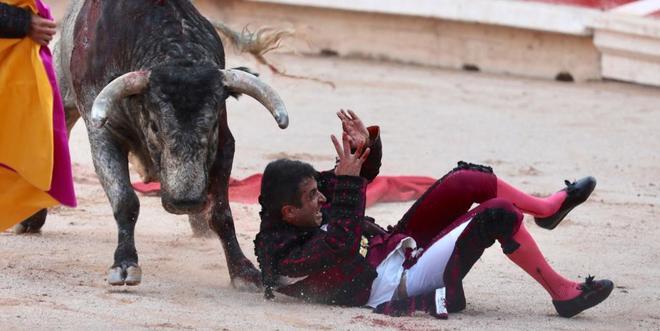 El torero salmantino cae herido con una cornada en el