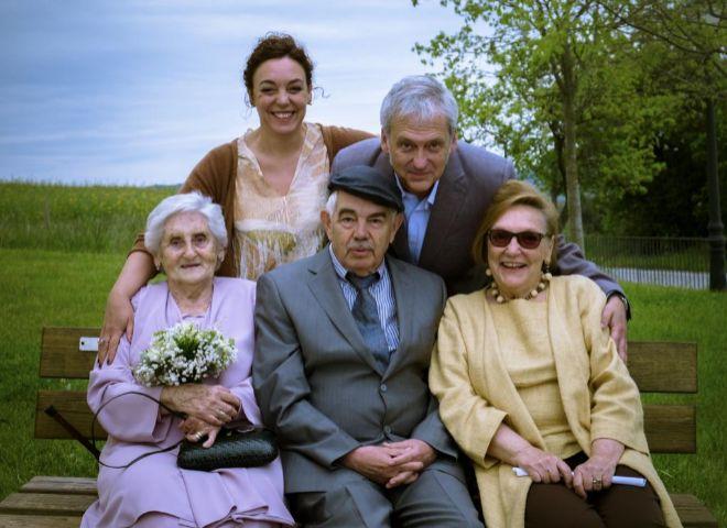 Maragall, el día de la boda de su hija Cristina (arriba), junto a su esposa, Diana (derecha), su consuegra y su yerno.