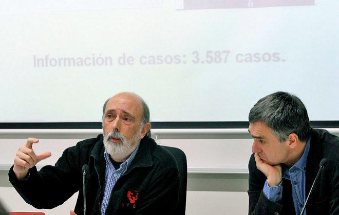 El secretario general de Paz y Convivencia, Jonan Fernández (d), y el...