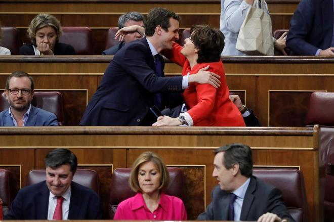 Pablo Casado y Soraya Sáenz de Santamaría se saludan en el Congreso