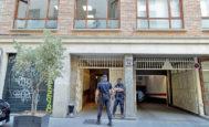 Dos policías custodian la sede de Divalterra durante la operación 'Alquería'.