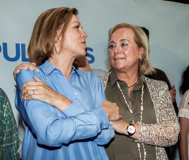 La presidenta del PP de Asturias, Mercedes Fernández, con la preferida por los militantes del Principado, María Dolores de Cospedal, en Gijón durante la campaña de las primarias.
