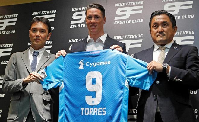 El director deportivo del Sagan Tosu (i), Fernando Torres (c), y el presidente, Minoru Takehara (d).