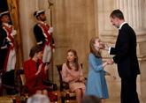 La Princesa Leonor, con el Rey después de que éste le impusiera el...