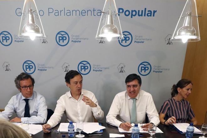 Rafael Hernando (segundo por la izquierda) preside la reunión del PP...