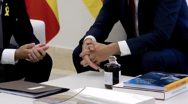 Quim Torra obsequia a Pedro Sánchez con una botella de licor de...
