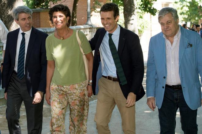 María San Gil junto a Ángel Garrido, Pablo Casado y el padre de...