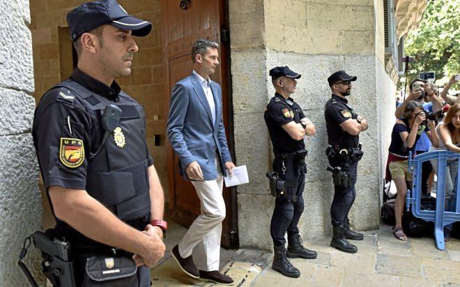 Iñaki Urdangarin sale de la Audiencia de Palma tras recoger su orden...