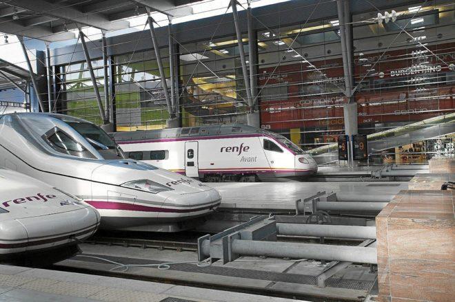 Varios trenes AVE de alta velocidad,  en los andenes de la estación...
