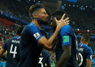 Giroud besa a Umtiti tras marcar el gol en la semifinal ante Bélgica.