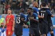 Los jugadores franceses celebran el gol de Umtiti, en el centro, ante Bégica.