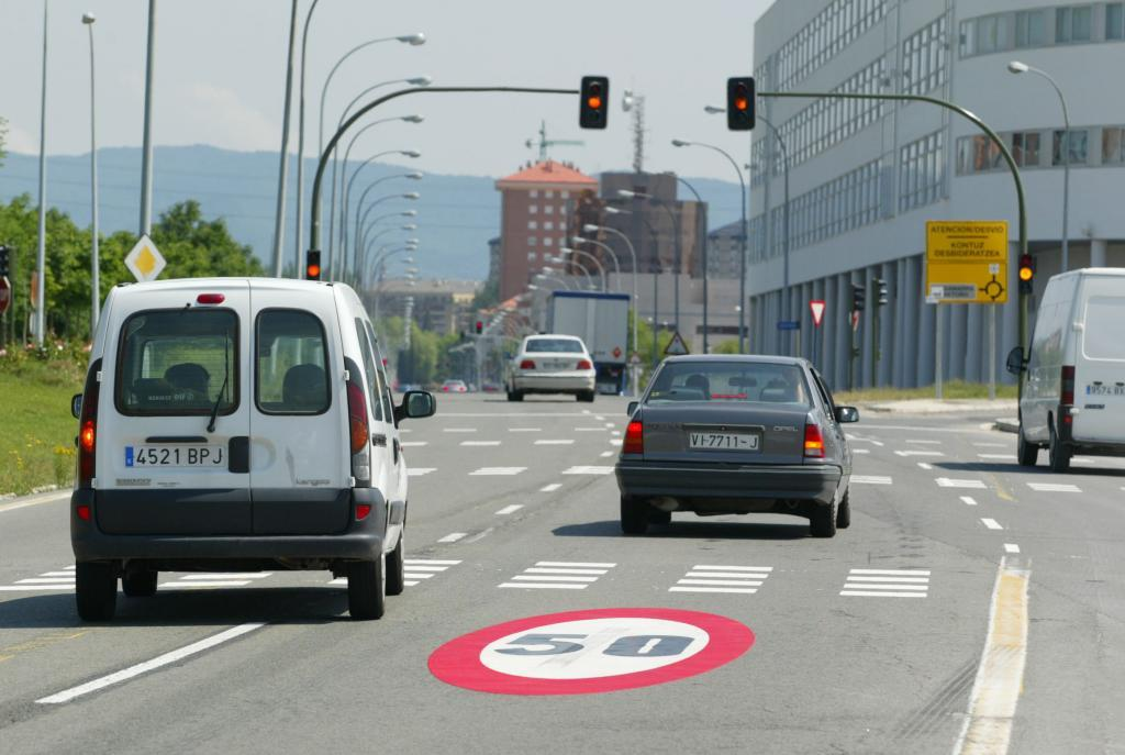 Una calle de Vitoria regulada con semáforos.