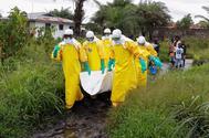 Un equipo de Cruz Roja se lleva un cuerpo sospechoso de estar infectado por el ébola en Liberia.