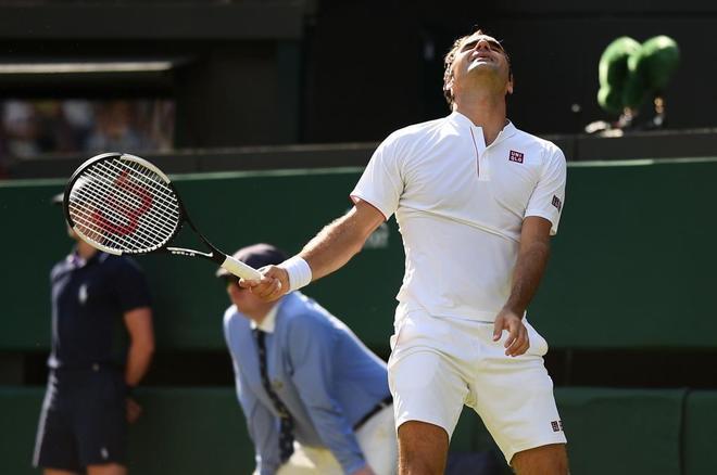 Federer se lamenta tras fallar un golpe en el quinto set ante Anderson.