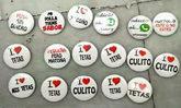 Chapas con mensajes machistas requisadas por la Policía en Pamplona