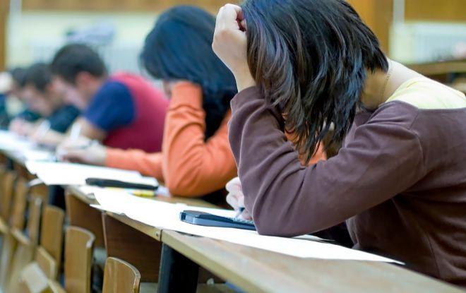 Aspirantes docentes durante un examen de oposición.
