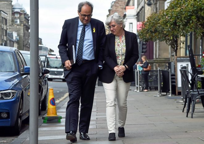 El presidente de la Generalitat, Quim Torra, junto a la ex consejera,...