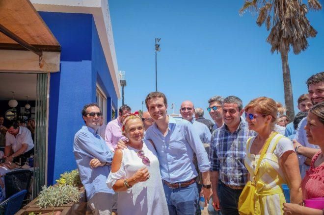 Pablo Casado junto a Esperanza Oña en Fuengirola, Málaga.